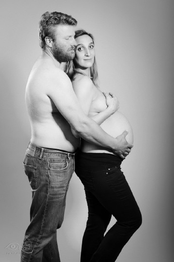 Shooting photo grossesse en noir et blanc